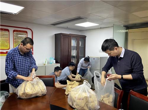 张光宇同志一个人从医院背回清肺排毒汤2000包,全体党员、干部装箱打包.jpg