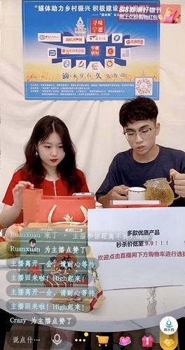 图为志愿者开展助农直播。林榕生 摄(1).jpg