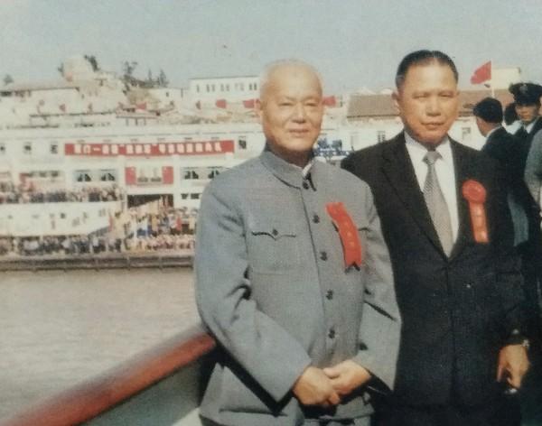 上世纪八十年代初,时任市侨联主席颜西岳(左)率厦门-香港通航代表团赴港开展联谊工作。(市侨联供图).jpg