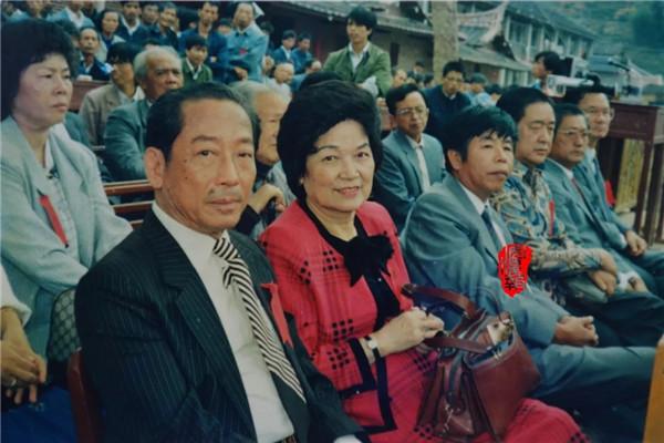 1988年,回乡参加崇文中学校庆的李宝树、陈如璇伉俪.webp.jpg