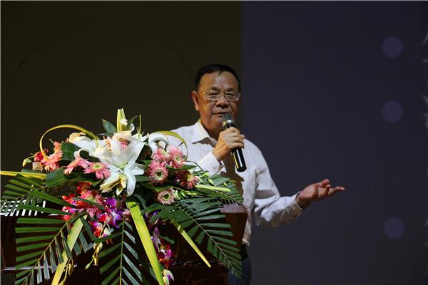 5.省政府发展研究中心原副主任王开明作演讲.JPG
