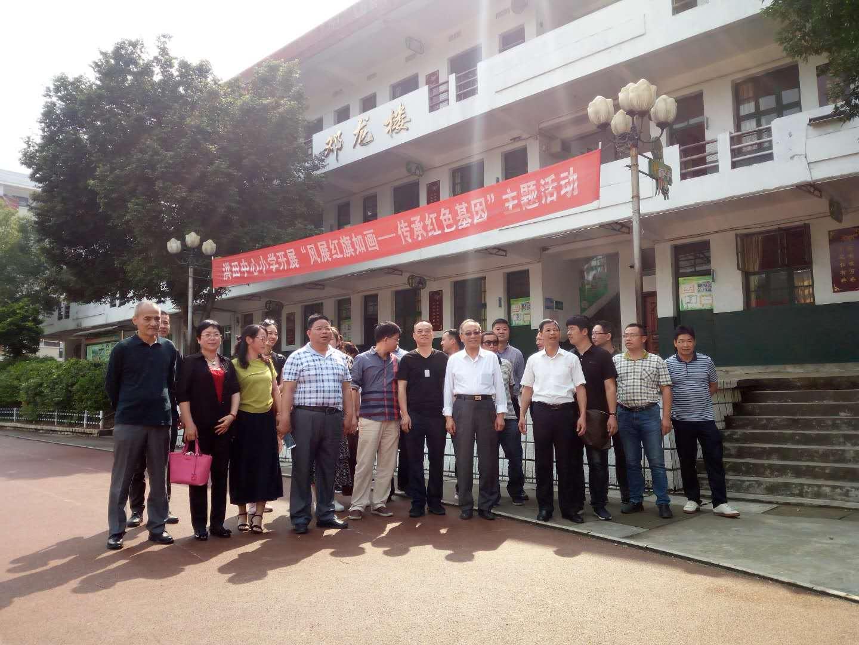 参观视察美籍华人邓龙先生捐建的洪田中心小学邓龙楼.png