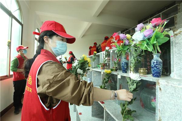 """福州市马尾区长安村的志愿者为海外侨胞进行""""代祭扫""""服务02.jpg"""