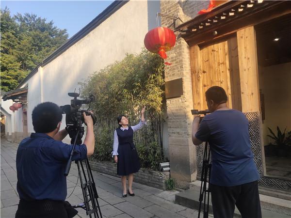 4福建华侨主题馆工作人员为参加夏令营的华裔青少年进行云授课.jpg