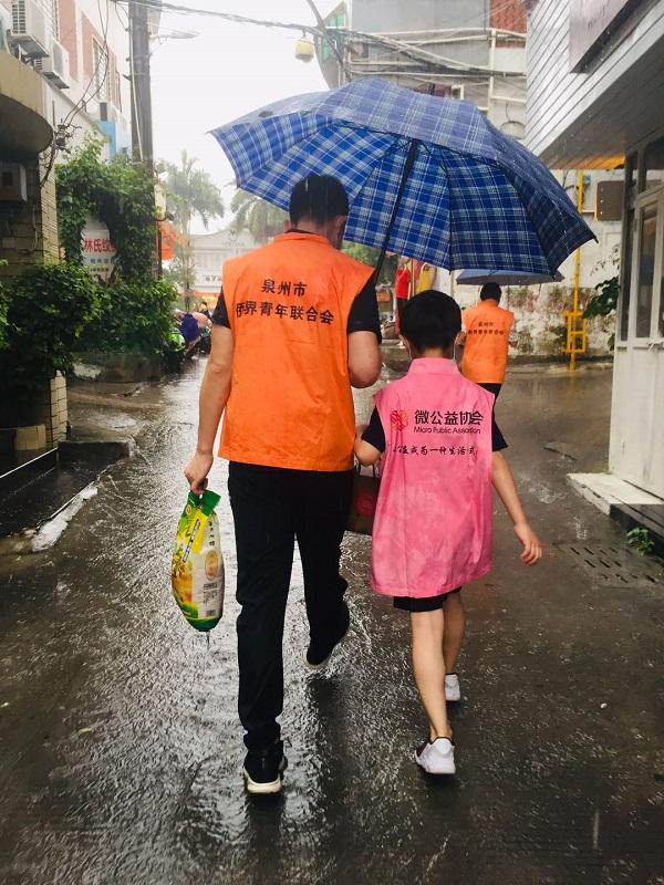 2-4市侨青联志愿者走街串巷入户慰问.jpg