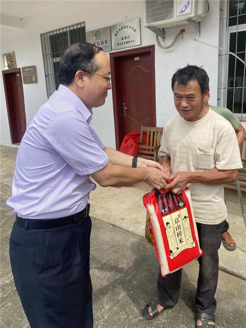 中共南平市委网信办主任高天明为贫困居民送上大米、食用油.jpg