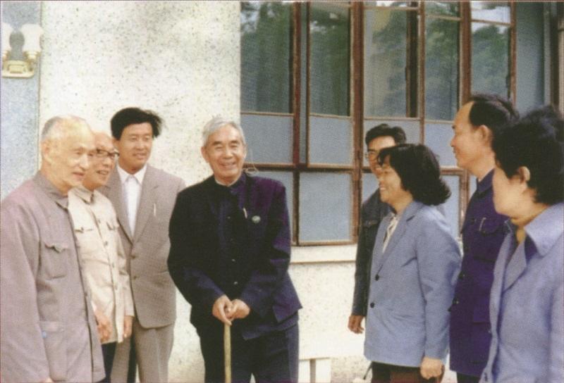 1984年,张文裕(左四)回到母校培元中学参加80周年校庆.jpg