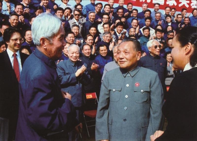 1984年,北京正负电子对撞机奠基典礼上,邓小平与张文裕(前排左一)交谈.jpg