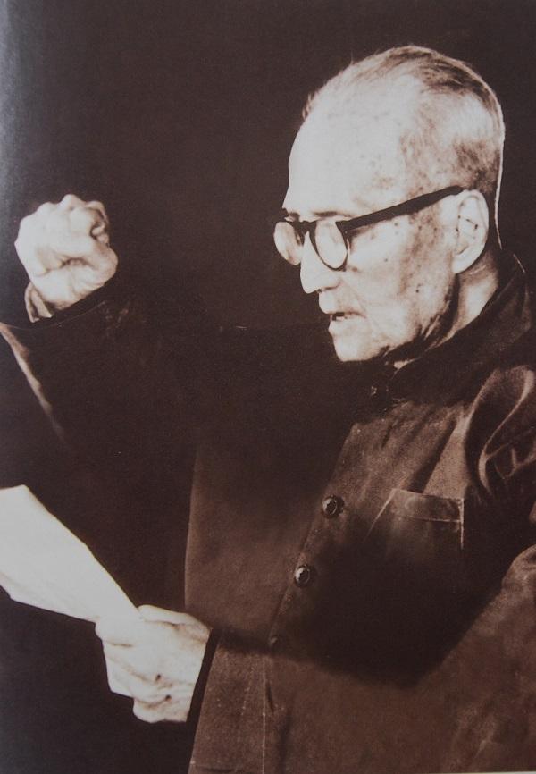 1982年,94岁高龄的庄希泉宣誓入党.JPG