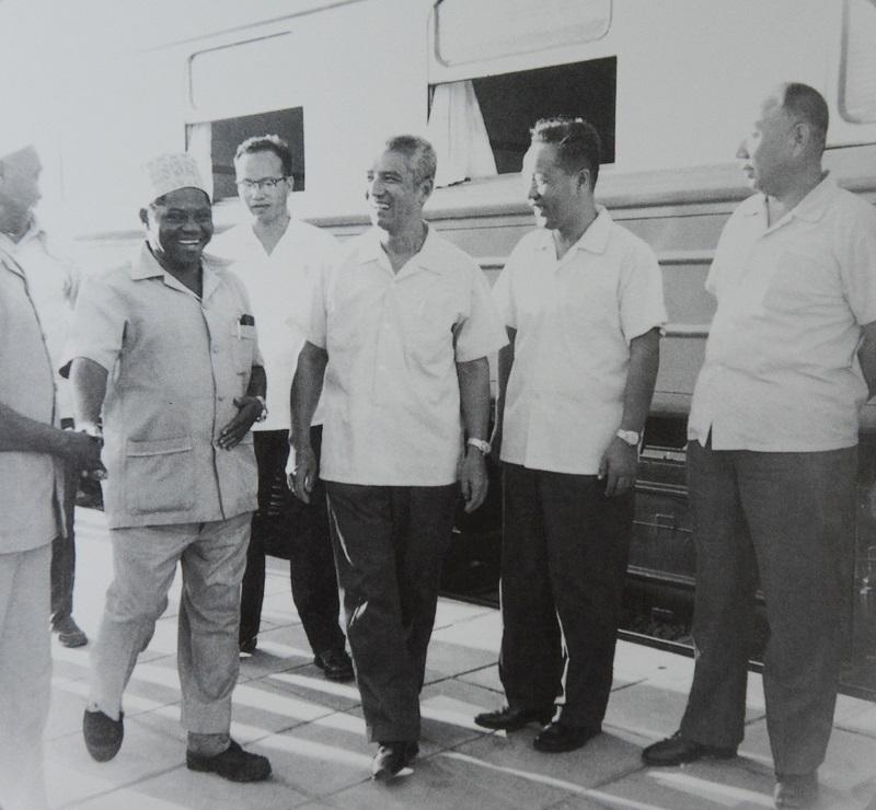1976年,庄炎林陪同坦桑尼亚总理卡瓦瓦参观坦赞铁路.JPG