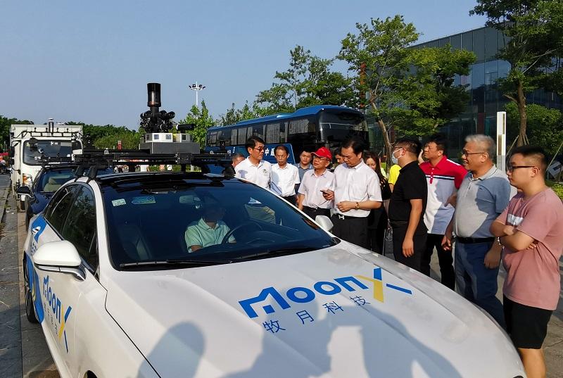 4侨商参观晋江三创园牧月科技有限公司无人驾驶汽车项目.jpg