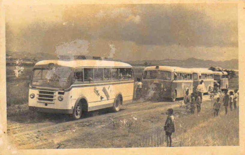 1960年9月10日接侨时,满载印尼归侨的大客车到达雪峰华侨农场情景.jpg