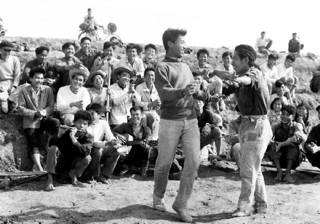 二十世纪六十年代建场初期,印尼归侨在劳动休息时跳起欢快的印尼舞_WPS图片.jpg
