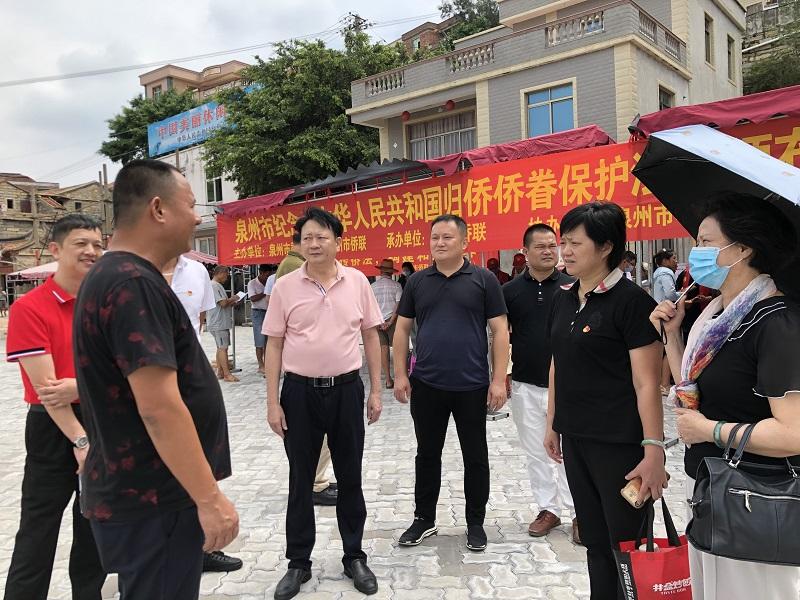 1陈晓玉主席现场听取南屿村主任肖清林介绍海岛情况.jpg