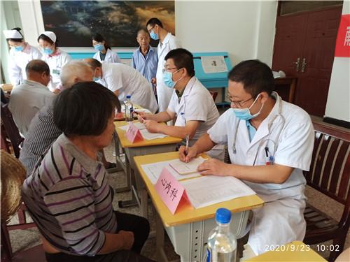 义诊团队为前来咨询问诊的患者诊疗开药.jpg