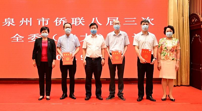 6领导为省侨联系统信息工作先进集体颁发证书.JPG