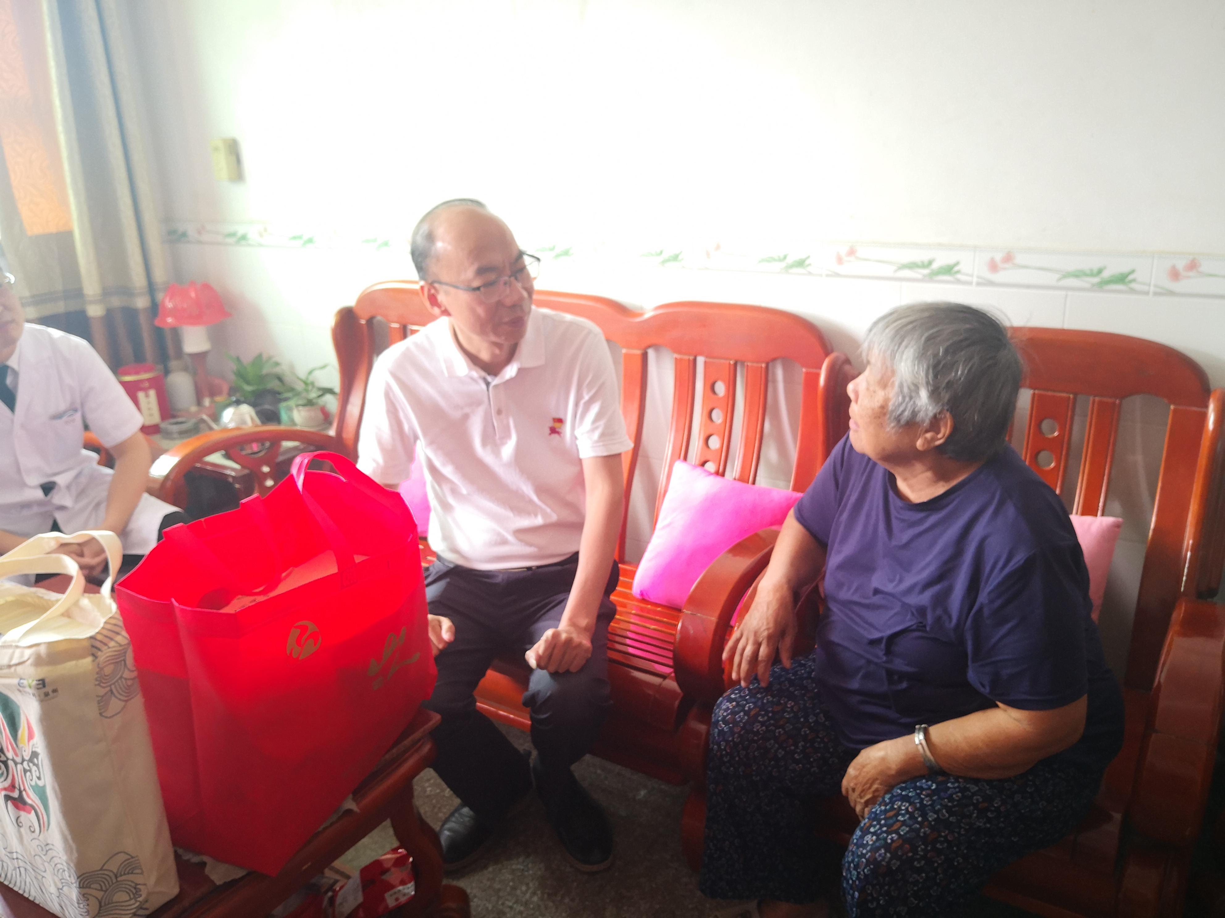 黄印棉书记走访慰问86岁越南归侨凌仕妹.jpg