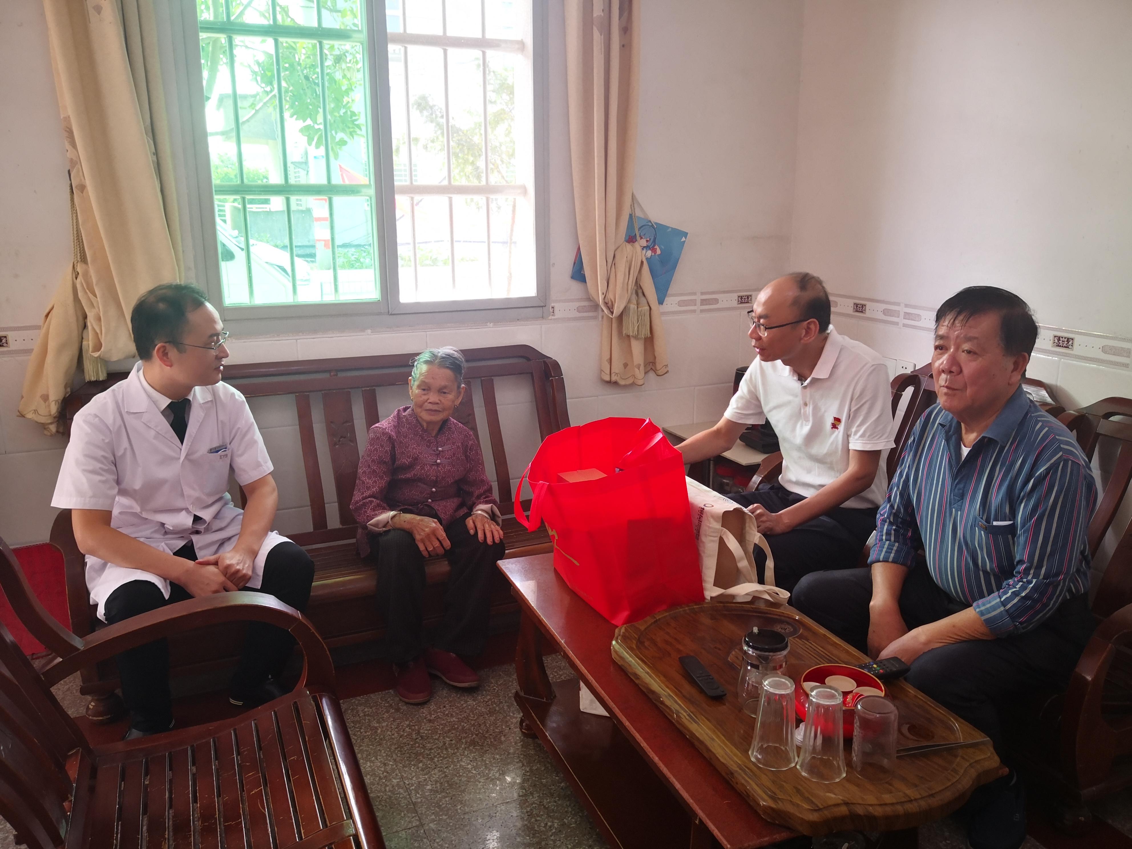 黄印棉书记走访慰问85岁越南归侨黄氏兰.jpg