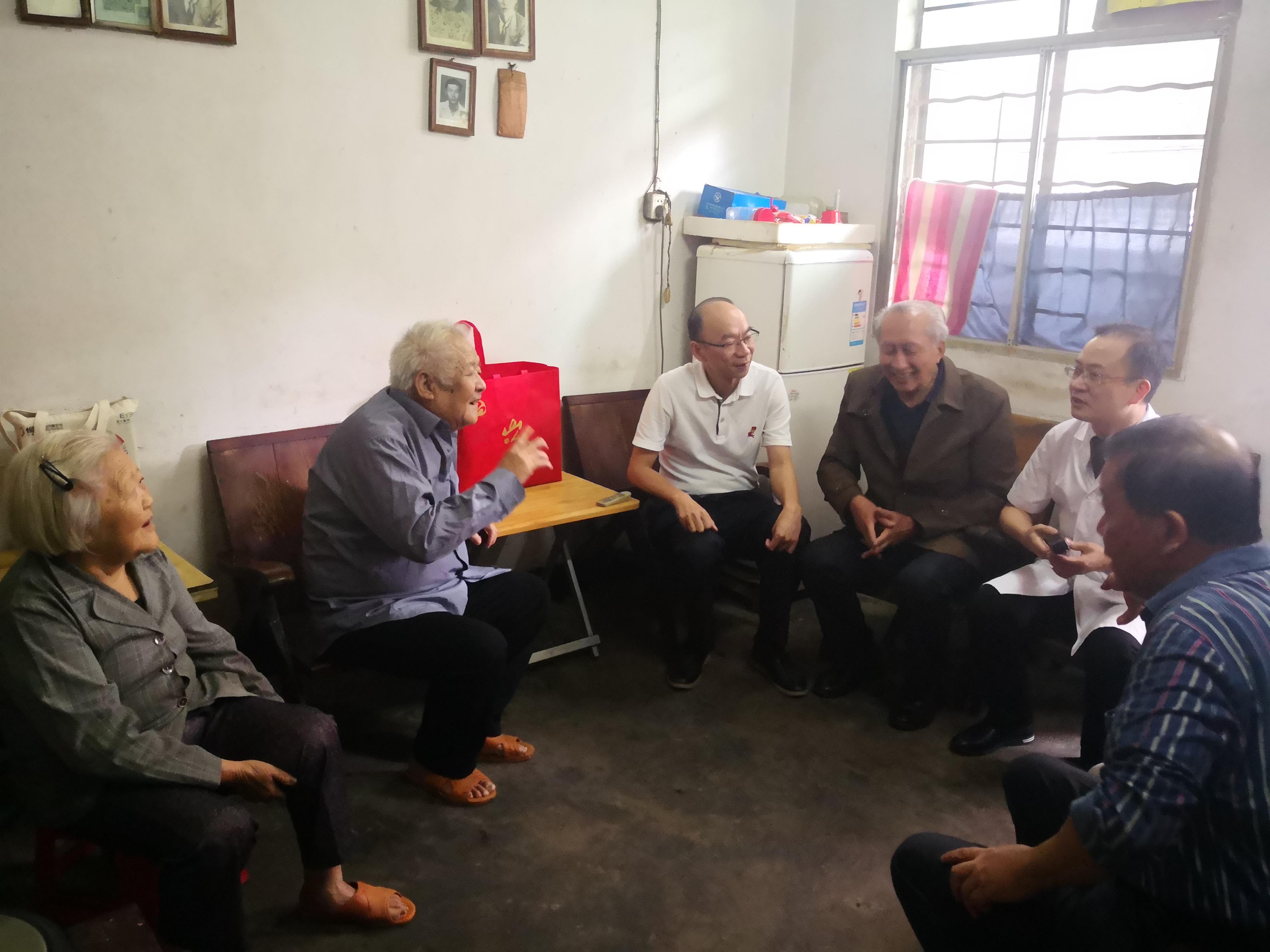 黄印棉书记走访慰问印尼归侨姐弟83岁谢瑞娘和81岁谢佳荣.jpg