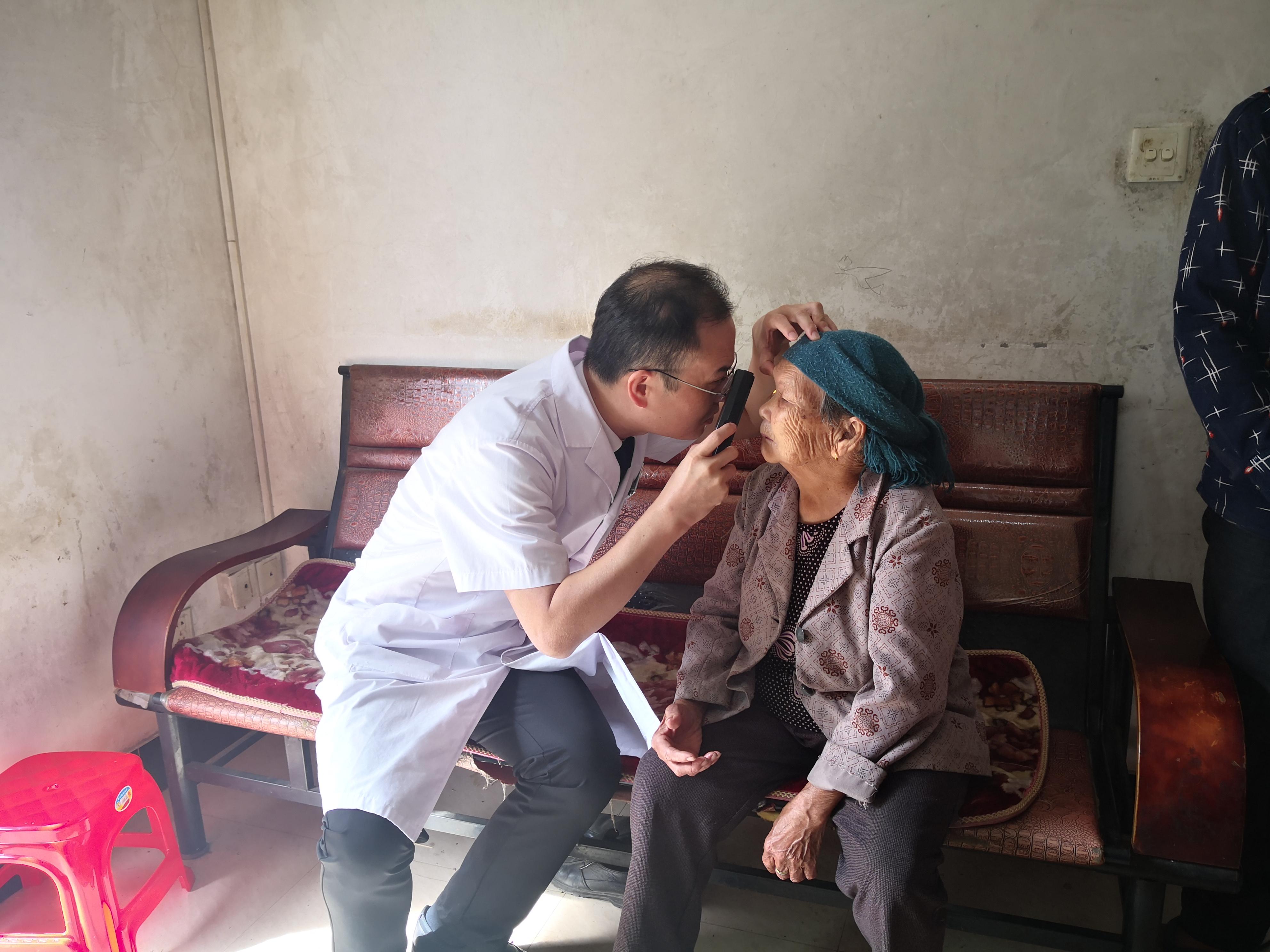 医生为92岁越南归侨何二妹问诊.jpg
