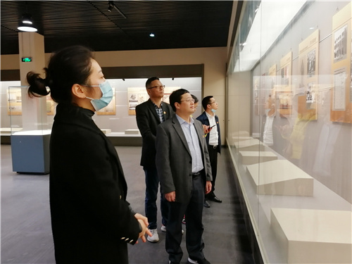 01参观庆祝中国共产党成立100周年系列主题展.jpg