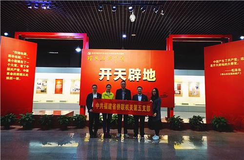 02参观庆祝中国共产党成立100周年系列主题展.jpg