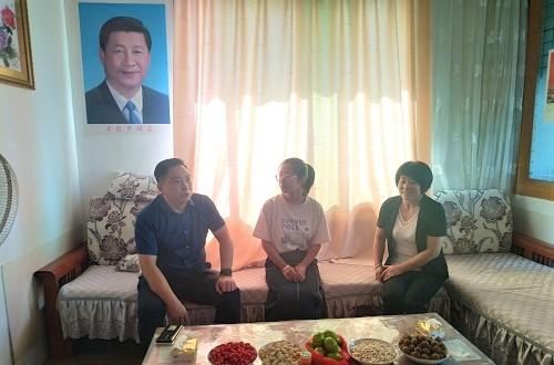 8月27日,县委常委、统战部部长付秀国给受助同学高晨昀送助学金.jpg