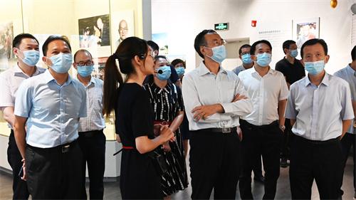 1万立骏主席(左一)调研泉州华侨历史博物馆.jpg